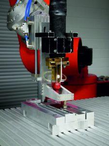 Induktive Erwärmung ist vielseitig einsetzbar. Hier erhitzt ein Induktor ein Aluminiumblech während des Fügvorgangs. (Bildquelle: IWS Dresden)