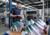 Rund 35 Gesichtsmasken täglich stellt Mosca stellt mit hauseigenen 3D-Druckern und Umreifungsband her.  (Bildquelle: Mosca)