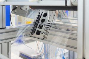Die Silikonfolie wird mit elektrisch leitfähigem Material beschichtet und in mehreren Lagen laminiert. Solche elektro¬aktiven Laminate werden künftig im industriellen Maßstab hergestellt für Bedienelemente beispielsweise im Automobil oder in medizintechnischen Geräten.  (Bildquelle: Wacker)