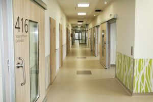 Das Oberflächenmaterial wird aufgrund seiner Eigenschaften häufig in medizinischen Einrichtungen eingesetzt. (Bildquelle: Resopal)