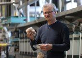 Dr. Frank Wendler mit den bioaktiven Fasern, die Smartpolymer herstellt. (Bildquelle: Smartpolymer/Steffen Beikirch)