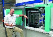 Hans-Peter Resler, Technical Advisor LIM bei Enbi Plastics B.V., erklärt, dass aufgrund der niedrigen Viskosität und der hohen Forminnendrücke die Werkzeuge mit sehr geringen Toleranzen gefertigt werden müssen. (Bildquelle: Harald Wollstadt)