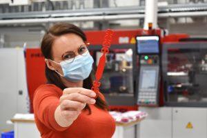 Zur Erhöhung des Tragekomforts von Schutzmasken, bietet Ewikon, Frankenberg, ab sofort kostenlos einen Maskenhalter aus PP an. (Bildquelle: Ewikon)