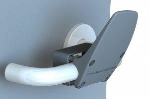 Dank des neuen Klinkenaufsatzes kann der Anwender Türen mit dem Ellbogen öffnen. (Bildquelle: www.ehmann-gmbh.de)