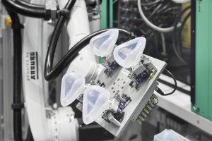 Pro Zyklus entstehen vier LSR-Masken, die von einem Sechs-Achs-Roboter entnommen werden. (Bildquelle: Arburg)