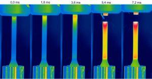 Schnellzerreißversuch an einem Standard Kunststoffprüfkörper, aufgenommen mit Thermografiekamera bei einer Geschwindigkeit von 1 m/s (Bildquelle: IKT)