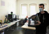 Herstellung der Schutzvisiere aus biobasiertem und biologisch abbaubarem PLA im 3D-Druck-Labor des IKT der Universität Stuttgart (Bildquelle: Universität Stuttgart)