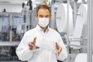 Dr. Volkmar Denner nimmt eine Spezialanlage zur Fertigung von Mund-Nasen-Bedeckungen in Betrieb. (Bildquelle: Bosch)