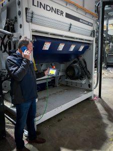 """Dank der modernen Technologie kann unser Serviceteam sehr viele Dinge online erledigen und mittels Videoübertragung Anweisungen für die Inbetriebnahme vor Ort geben"""", erläutert Manfred Eßmann, Lindner-Kundenbetreuer. (Bildquelle: Lindner)"""