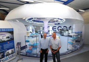 Jens Hutzenlaub und Wolfgang Hassa (r.) vor einem Reinraum, der seit mehr als drei Jahren als zertifizierter Raum im Produktionsbetrieb ist. (Bildquelle: Harald Krömer)