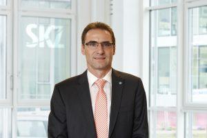Der stellvertretende Geschäftsführer Dr. Jürgen Wüst freut sich, dass die SKZ-Testing ihren Kunden nicht nur die Erstprüfung von Schutzmasken anbieten, sondern auch eine Eingangsqualitätskontrolle für größere Anlieferungen durchführen kann. (Bildquelle: SKZ)