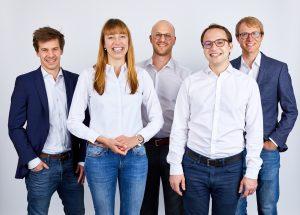 Die Mitbegründer von Kumovis Stefan Leonhardt, Dr. Miriam Haerst, Alexander Henhammer, Sebastian Pammer, Stefan Fischer (von links) freuen sich über die beiden neuen Investoren. (Bildquelle: Kumovis)