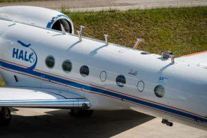 Die Lufteinlässe auf dem Forschungsflugzeug Halo führen die Luft zu verschiedenen Messinstrumenten innerhalb des Flugzeugs. (Bildquelle: DLR/CC-BY 3.0)