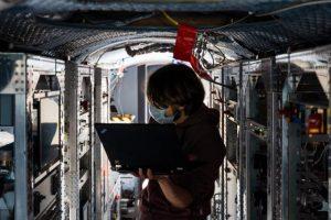Messgeräte im Forschungsflugzeug Halo. Die Vorbereitung, Durchführung und Nachbereitung aller Flüge findet unter Beachtung der aktuell gültigen Verhaltens- und Hygieneregeln statt. (Bildquelle: DLR)