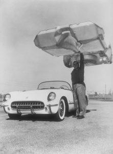 Leichtbau mit glasfaserverstärktem Kunststoff am Beispiel der Chevrolet Corvette 1953, der ersten Fahrzeugkarosse in dieser Bauart (Bildquelle: GM)
