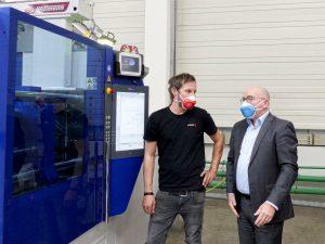 Tobias Fröbel (links), Geschäftsführer Fröbel Kunststofftechnik, und Andreas Schramm, Geschäftsführer Wittmann Battenfeld Deutschland vor der SmartPower 90/350. (Foto: Wittmann Battenfeld)