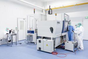 Reinraumproduktion bei Helvoet in den Niederlanden. Das Unternehmen hat sich auf Präzisi-onsspritzgießprodukte spezialisiert und setzt dafür auf vollelektrische Engel E-mac Spritz-gießmaschinen. (Bildquelle: Helvoet)