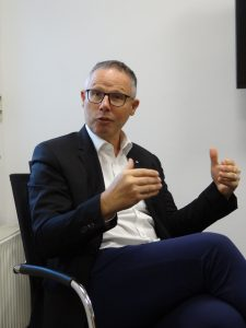 Erich Steiner ist Vorstandsvorsitzender Duo Plast. (Bildquelle: Simone Fischer/Redaktion Plastverarbeiter)