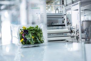 Durch das Projekt FlexFunction2Sustain sollen Innovationen für nachhaltige Kunststoff- und Papierprodukte gefördert und schneller umgesetzt werden. (Bildquelle: Fraunhofer FEP/Jan Hosan)