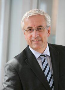 """Prof. Dr. Georg Steinbichler, Sprecher der LIT Factory: """"Die große Zukunftsaufgabe besteht darin, die physische, reale Welt mit der digitalen, virtuellen Welt zu vernetzen."""" (Bildquelle: Engel)"""