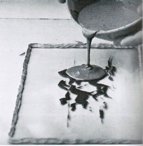 Anspruchsvolle Werkstoffverarbeitung: Hier wird ein Tafelbild aus Palatal hergestellt (BASF-Kunststoff-Fibel, 1. Auflage 1970)