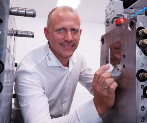 """René Schlöter, Technischer Leiter des Systemcenters für Industrielle Temperiertechnik (SIT): """"In unserem neuen Technikum ist das Z-System sowohl als stand-alone- und Nachrüstlösung in Aktion zu sehen als auch in der vollintegrierten Variante in einer 80-Tonnen-Spritzgießmaschine von ENGEL."""""""