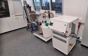 : Im neuen SIT in Lüdenscheid ist ein kompletter Spritzgieß-Prozess mit ENGEL-Spritzgießmaschine, Z-System sowie Werkzeug-Vorrichtungen, Kühlwasser-Aufbereitung und Materialtrocknungsanlage von WENZ installiert.