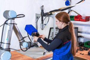 Mensch-Roboter-Kooperation eignet sich besonders als Ergänzung zu bisher rein manuellen Tätigkeiten, bei denen leichte Werkstücke bearbeitet werden. (Bildquelle: Fraunhofer IPA/Rainer Bez)