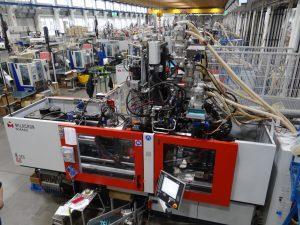 Blick in die Spritzerei des Spielwarenherstellers, in der rund 130 Spritzgießmaschinen  mit 6 bis 800 t Schließkraft Artikel für das Sortiment herstellen. (Bildquelle: Simone Fischer/Redaktion Plastverarbeiter)