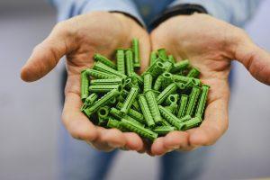Die grünen Dübel unterscheiden sich nicht nur farblich von den Standardtypen, sondern bestehen zu mehr als 50 Prozent aus biobasiertem Polyamid. (Bildquelle: Fischerwerke)