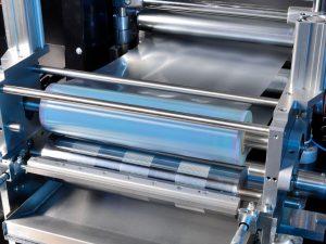 Strukturierte Oberflächenfunktionalisierung von Folien mittels R2R-Technologie, z. B. für die Herstellung von Microarrays. (Bildquelle: Fraunhofer IAP)
