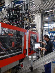 Der komplexe 6K-Prozess wird von einem zentralen Bedienelement gesteuert. (Bildquelle: Simone Fischer/Redaktion Plastverarbeiter)