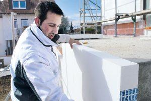 Anbringen eine Wärmedämmverbundsystems aus EPS. (Bildquelle: Rygol)