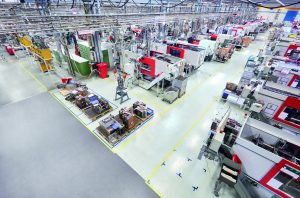 Auf zahlreichen Spritzgießmaschinen werden in den Produktionswerken täglich rund 10 Mio. Kunststoffdübel gefertigt. (Bildquelle: Fischer Kunststoffverarbeitung)