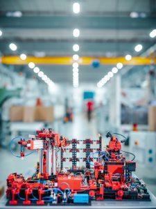 Lernfabrik 4.0 – voll automatisiertes und digitalisiertes Modell eines Industrie 4.0 Unternehmens. (Bildquelle: Fischerwerke/Jakob Studnar)