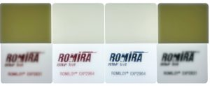 Qualitätsunterschied im Material:  Links und rechts im Bild jeweils mit Standardmaterialien produzierte Musterplättchen und in der Mitte eine Produktion mit dem neu entwickelten Polycarbonat mit sauber durchscheinenden Druck in rot und schwarz. (Bildquelle: Romira)