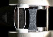 Gut gekühlt: Eine trockene Kunststoffprobe vor der Düse, die Einspannung ist vereist. (Bildquelle: Fraunhofer LBF)