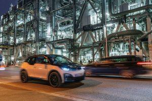Besonders der Nachfragerückgang seitens der Automobilindustrie belastete das Ergebnis des Chemiekonzerns, (Das Themenbild zeigt ein Fahrzeug der E-Autos-Flotte am BASF-Verbundstandort Ludwigshafen.) (Bildquelle: BASF)