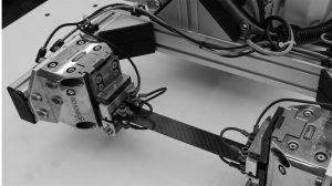 Bild 10. Die Kohlenstofffasern werden im Robotergreifer mit Strom beaufschlagt und das versteifende und verstärkende Organoblech von innen heraus mit wenig Energieeinsatz erwärmt (Bild: IKT)
