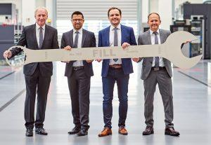 Symbolische Übergabe der Geschäftsführung (von links nach rechts): Wolfgang Rathner, Günter Redhammer (COO), Alois Wiesinger (CTO), Andreas Fill (CEO). (Bildquelle: Fill Maschinenbau)
