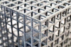 Dreidimensional-strukturierter Würfel mit innenliegender frei-beweglicher Kugel. (Bildquelle: IPA/Uni Bayreuth/Foto: LUP)
