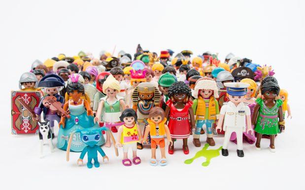 Die 7,5 cm große Playmobil-Figur ist das zentrale und qualitätsgebende Präzisionsteil und besteht aus 7 Einzelteilen: Kopf, Haare, Rumpf, zwei Armen, einem Beinpaar und das Innenteil, das alles zusammenhält. Bis auf Rumpf und Innenteil handelt es sich um 2K-Teile. (Bildquelle: Geobra Brandstätter)