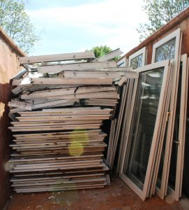 Die PVC-Fensterprofile werden im Container für das Recycling gesammelt. (Bildquelle: Rewindo)
