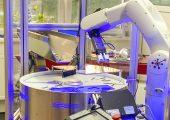 In einer QBIC-Station kombiniert mit dem Teile-Zuführsystem erfolgt die 3D-Prüfung von Aluminium-Druckgussteilen auf Planarität, Merkmale wie Materialüberstände und Vertiefungen, Oberflächenprüfung auf Lunker und Beschädigungen. (Bildquelle: Cretec)