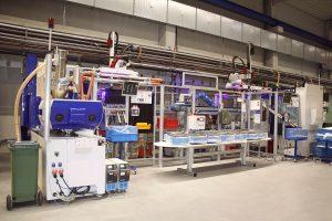Gesamtansicht der mittels staufähiger Fördersysteme verketteten Spritzgießmaschinen. (Bildquelle: Wittmann Battenfeld)