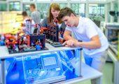 Mit der Lernfabrik lassen sich reale und digitale Prozesse einer intelligenten Fabrik realitätsgetreu simulieren. (Bildquelle: Fischer)