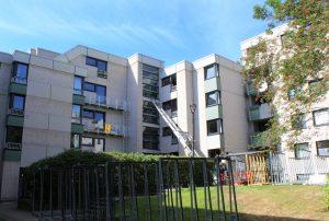 Im Studentenwohnheim Kullenhof in Aachen werden die 40 Jahre alten PVC-Fenster ersetzt und rezykliert. (Bildquelle: Rewindo)
