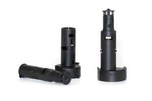Innen- und Außenrohr einer Ablassschraube für einen Ölfilter sowie fertiges Produkt (rechts). (Bildquelle: Wittmann Battenfeld)