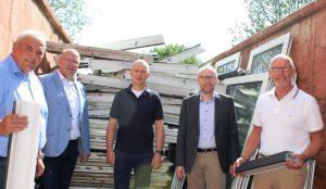 Ralf Görgens (Kochs), André Kochs und Maik Voigt (Studentenwerk), Michael Vetter und Friedhelm van den Berg (Profine) (v.l.n.r.) freuen sich über die nachhaltige Sanierung. (Bildquelle: Rewondo)