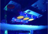 Ein Faserband wird mit UV-Licht beleuchtet. Selbst wenn der Anteil markierter recycelter Fasern so gering ist, dass er – wie hier im Bild – nicht sichtbar erscheint, kann der Sensor ihn erfassen. (Bildquelle: Tailorlux)